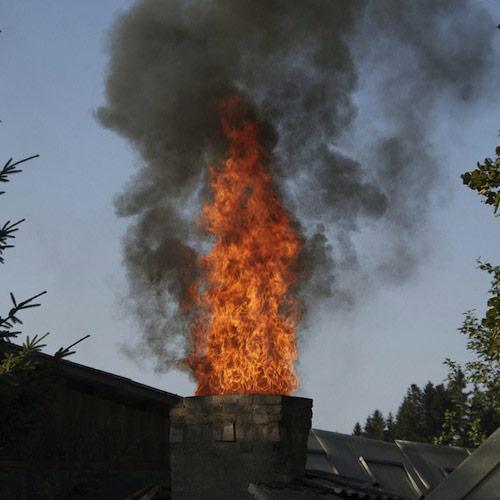 gaisras kamino, suodžiai dega